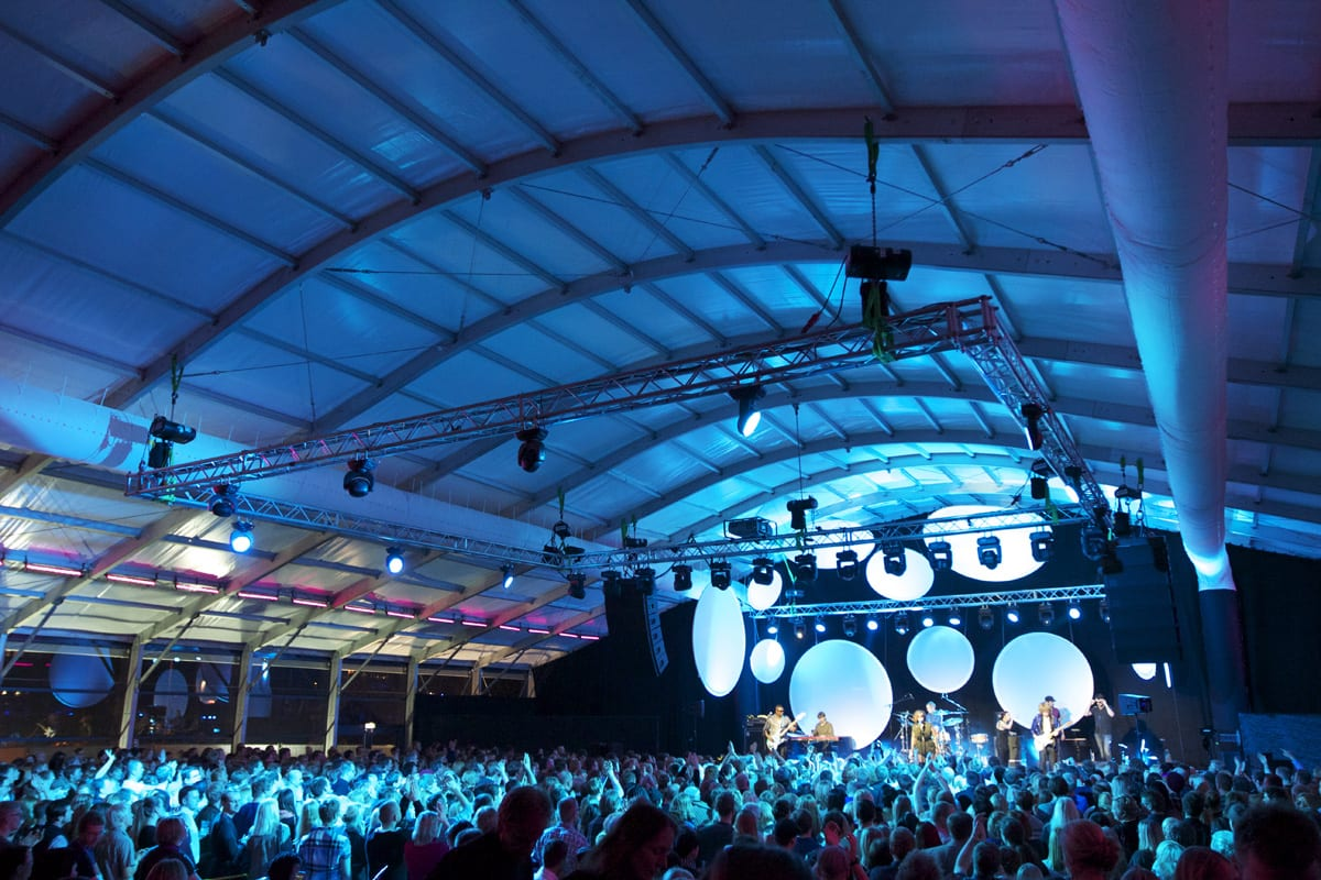 A HÖCKER F-Series large event tent with a curved roof for a music event
