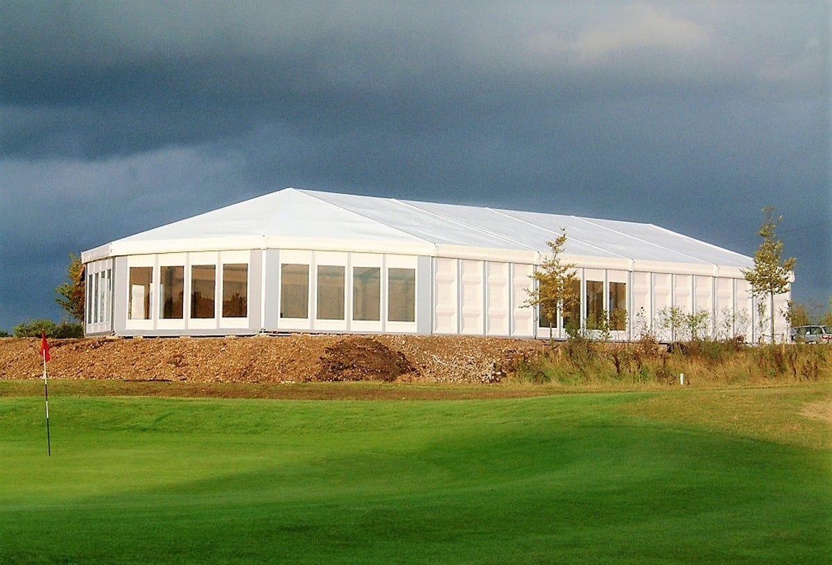 A HÖCKER F-Series large event tent with a hip end extension for a golfing event