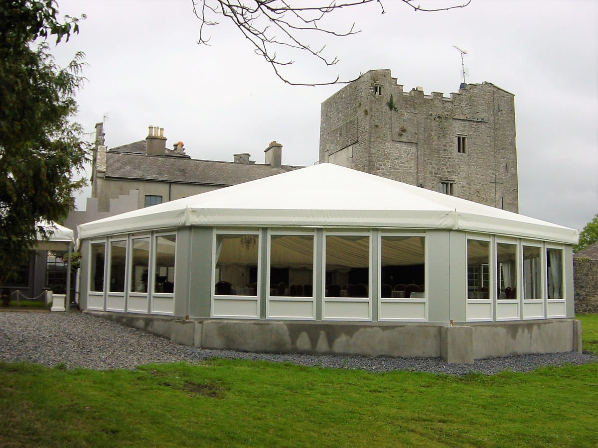 A HÖCKER F-Series large multi-sided tent used for conferences next to a castle